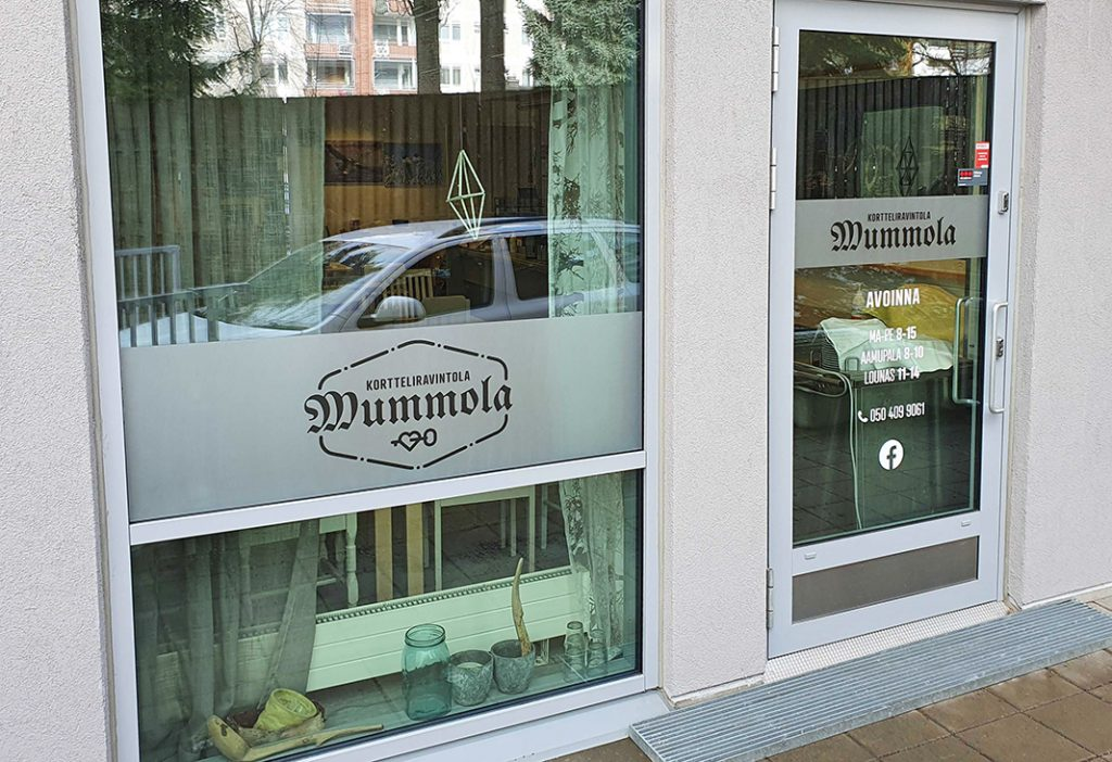 Kortteliravintola Mummolan ikkunateippaukset. Logon taustalla huurreteippi.